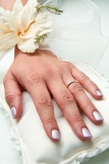 Manos nupciales con anillo de bodas.