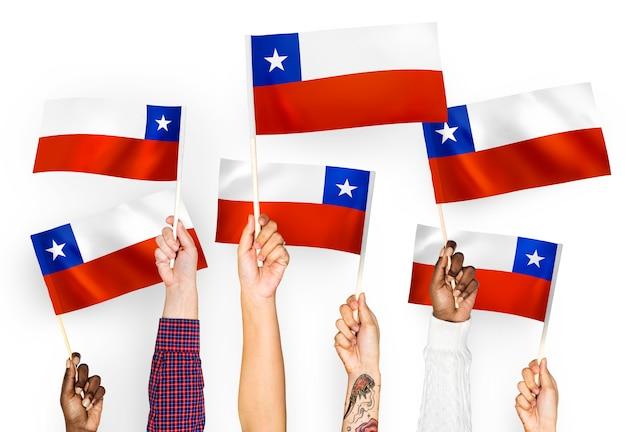Manos ondeando banderas de chile