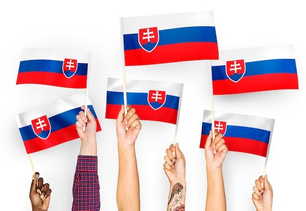 Manos ondeando banderas de eslovaquia