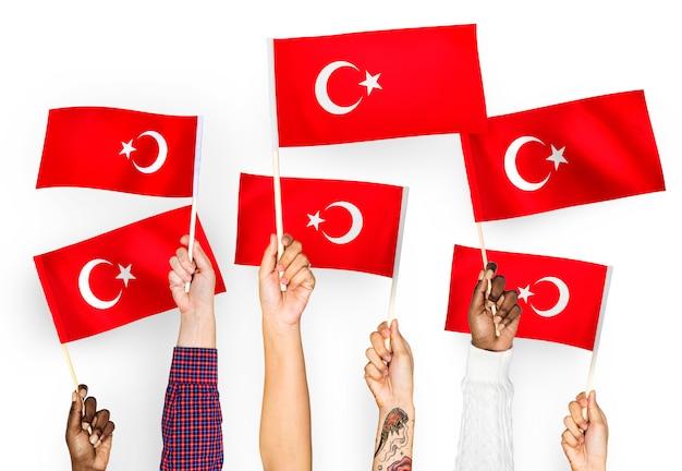 Manos ondeando banderas de turquía