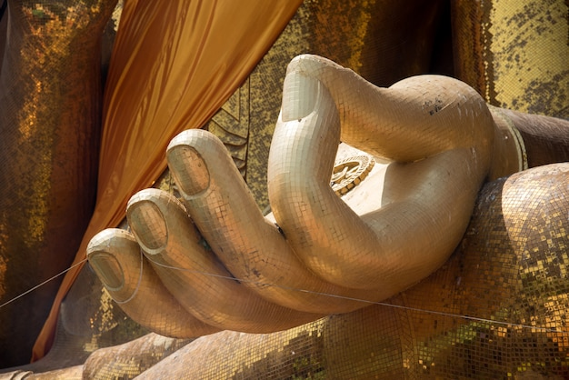 Manos de oro de la estatua de buda