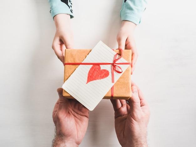 Las manos del padre y la hija más joven.