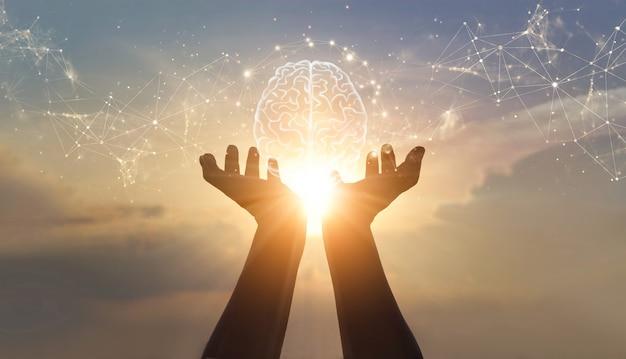 Manos de palma abstractas sosteniendo el cerebro con conexiones de red, tecnología innovadora en ciencia