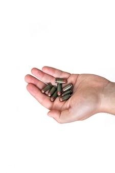 Manos palmas municiones militares sujetar clip verde viejo soviético varios blanco aislado conjunto makarov