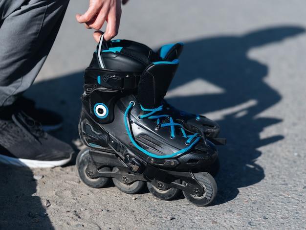 Manos de persona masculina con patines
