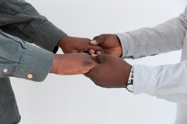 Manos de personas afroamericanas abrazados