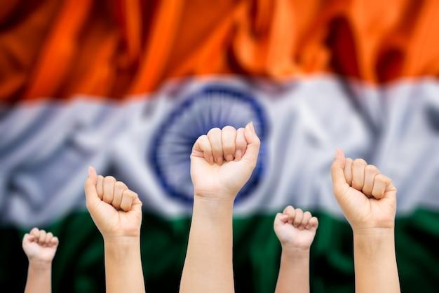 Manos de personas con la bandera nacional de india