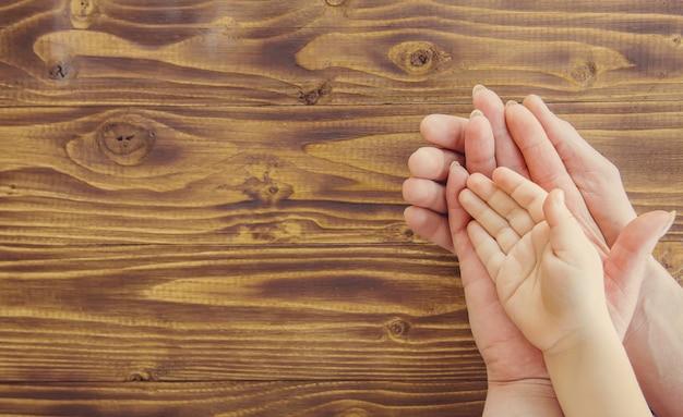 Manos personas enfoque selectivo familia manos pareja.