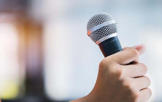 Manos de personas de negocios discurso o hablar con micrófonos en la sala de seminarios