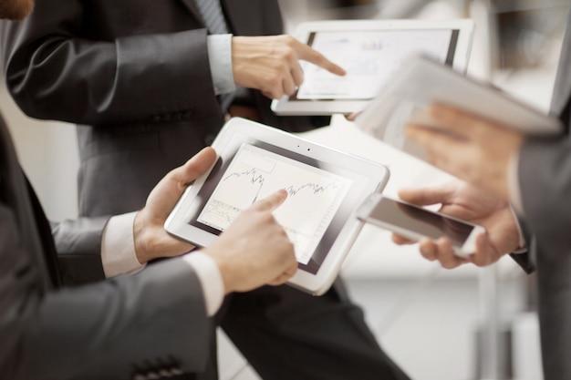 Manos de personas que trabajan con tablet pc en la oficina