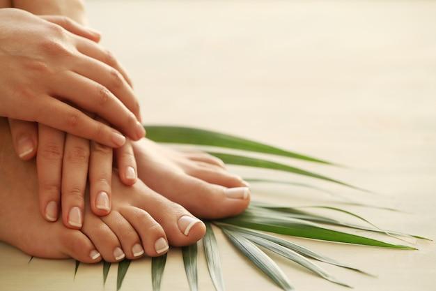 Manos y pies de una mujer