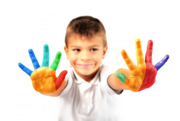 Manos pintadas de un niño pequeño