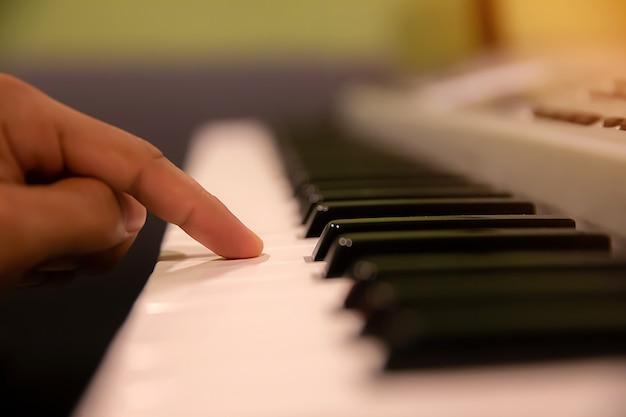 Las manos presionadas sobre el teclado del piano.