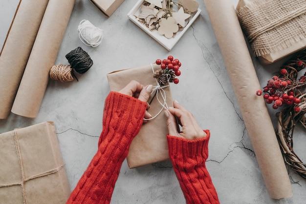 Manos de primer plano envolver regalos