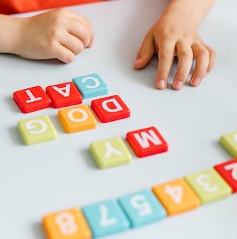 Manos de primer plano haciendo palabras