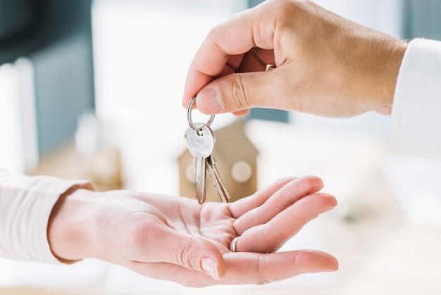 Manos de primer plano con llaves