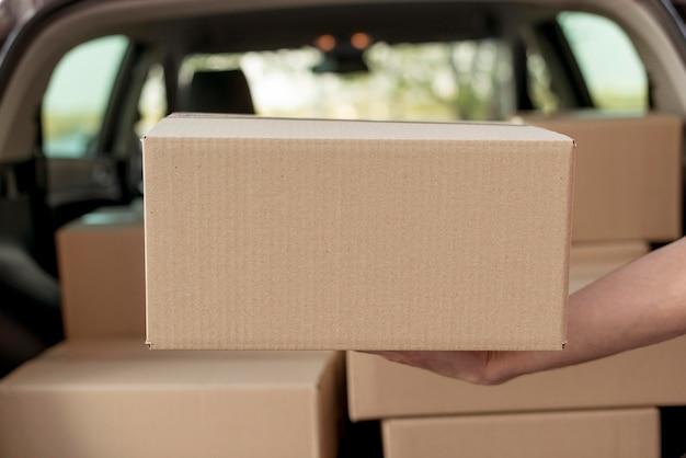 Manos de primer plano con paquete
