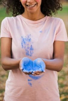 Manos con primer plano de polvo azul