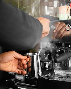 Manos de primer plano preparando bebidas