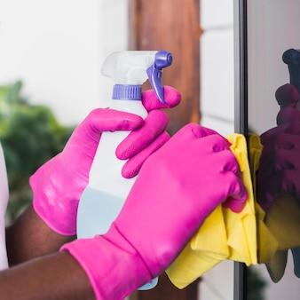 Manos de primer plano con productos de limpieza