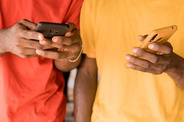 Manos de primer plano sosteniendo teléfonos inteligentes