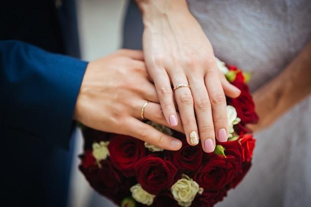 Manos en el ramo de la boda