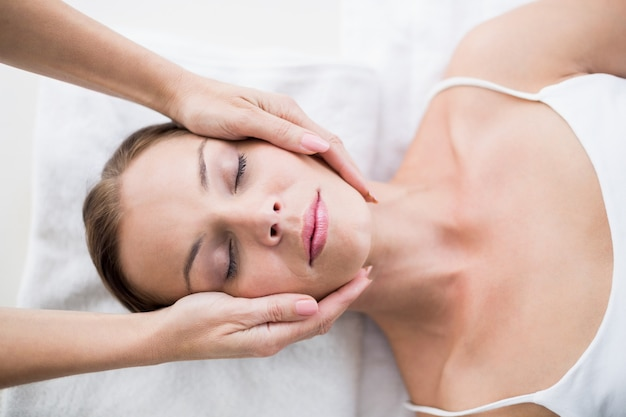 Manos recortadas de masajista masajeando mujer