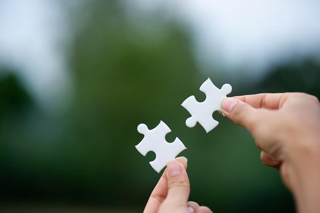 Manos y rompecabezas, piezas importantes del trabajo en equipo. concepto de trabajo en equipo.