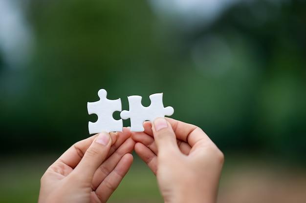 Manos y rompecabezas, piezas importantes de trabajo en equipo concepto de trabajo en equipo