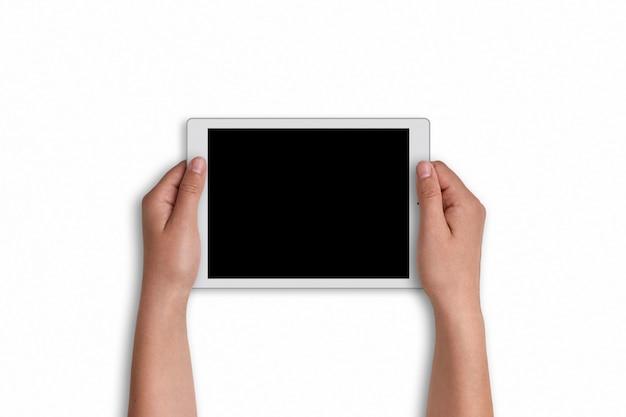 Manos del `s de la mujer que sostienen la tableta moderna con el espacio de la copia para su información promocional aislada en blanco. mujer sosteniendo touchpad con pantalla en blanco