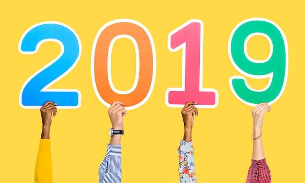 Manos sosteniendo 2019