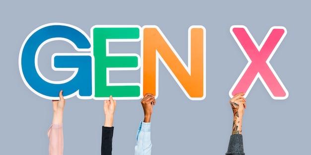 Manos sosteniendo la abreviatura gen x