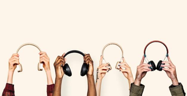 Manos sosteniendo auriculares