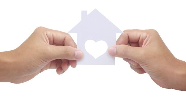 Manos sosteniendo la casa de papel, el hogar familiar y la protección del concepto de seguro