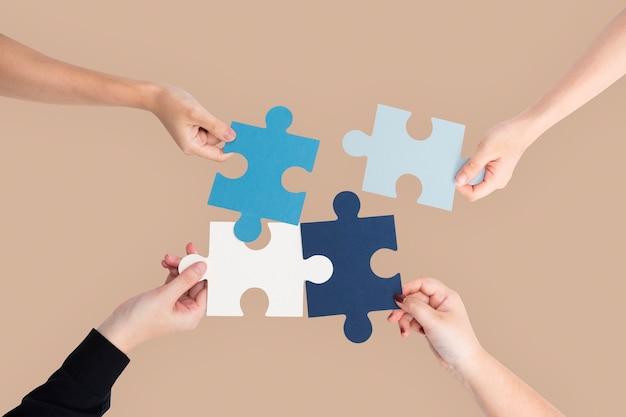 Manos sosteniendo el concepto de resolución de problemas de negocios de rompecabezas