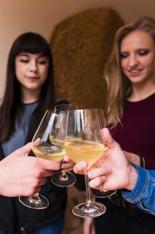 Manos sosteniendo las copas de vino haciendo un brindis