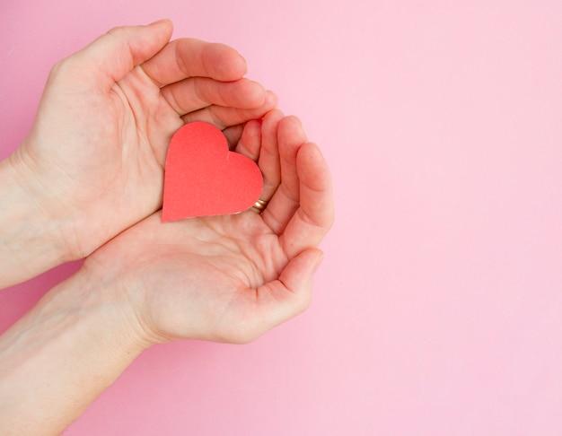 Manos sosteniendo corazón rojo, salud del corazón, donación, caridad voluntaria feliz, responsabilidad social de rse, día mundial del corazón, día mundial de la salud, día mundial de la salud mental, hogar de acogida, bienestar, concepto de esperanza