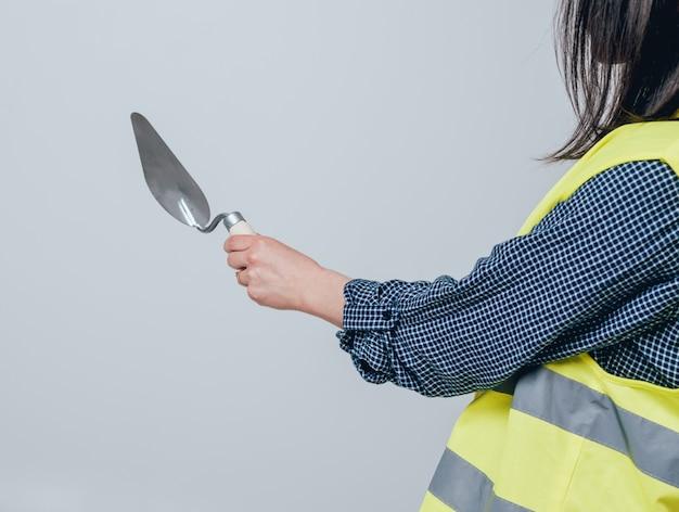 Manos sosteniendo herramientas para la renovación del hogar. concepto