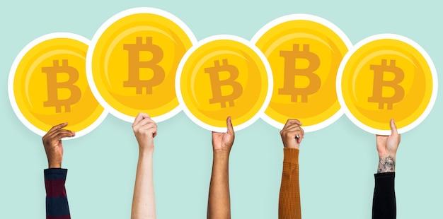 Manos sosteniendo imágenes prediseñadas de bitcoins