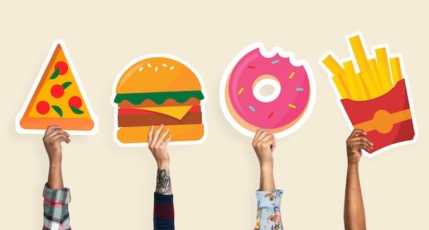 Manos sosteniendo imágenes prediseñadas de comida chatarra
