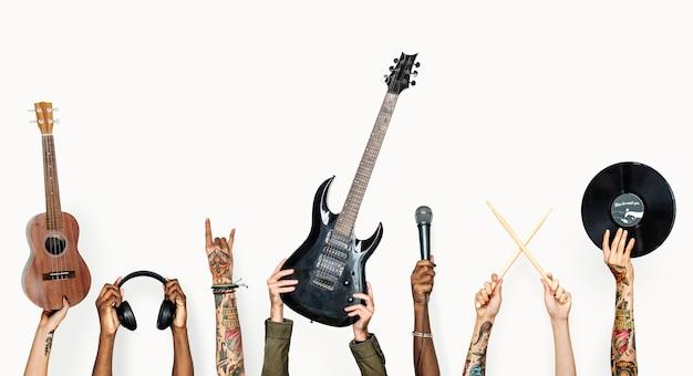Manos sosteniendo instrumentos musicales