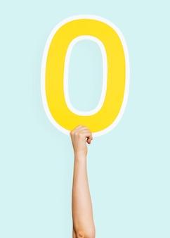 Manos sosteniendo el número 0