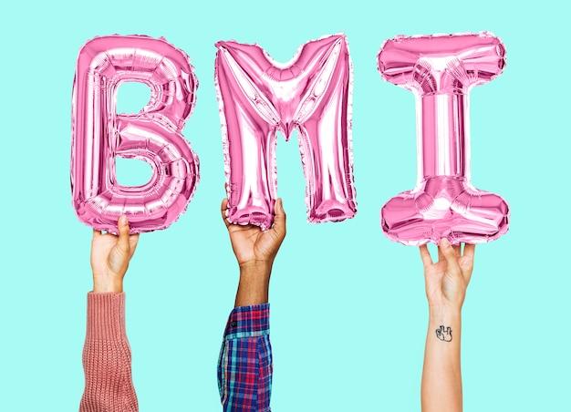 Manos sosteniendo la palabra bmi en letras de globo
