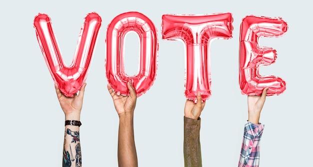 Manos sosteniendo la palabra voto en letras del globo