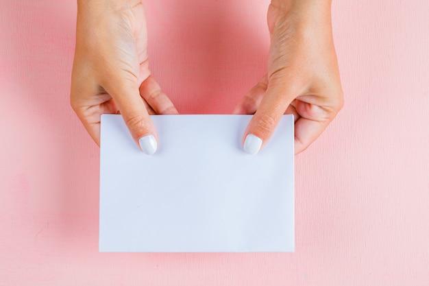 Manos sosteniendo papel vacío