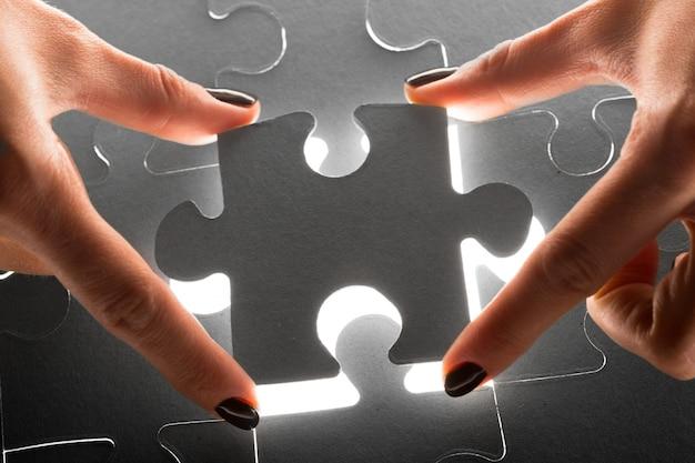 Manos sosteniendo las piezas del rompecabezas, fondo del concepto de negocio