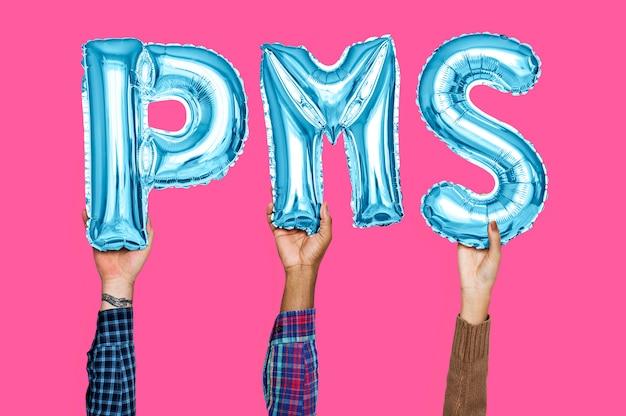 Manos sosteniendo pms palabra en letras globo