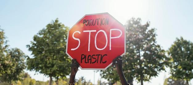 Manos sosteniendo la señal de stop de cerca