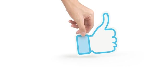 Manos sosteniendo el servicio de redes sociales impreso en papel