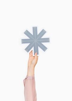 Manos sosteniendo un símbolo de asterisco